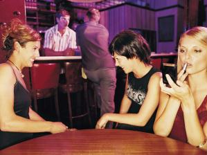 mulheres conversando em bar boate