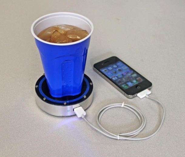 Porta-copos carrega seu celular enquanto você bebe
