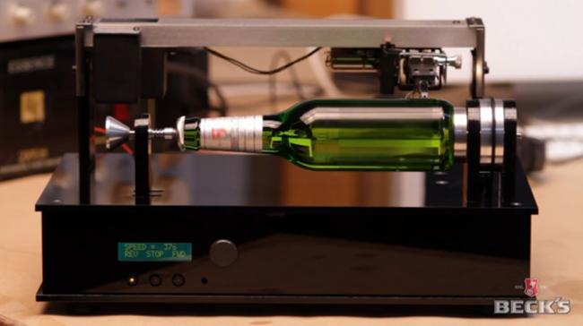 A cervejaria Beck's se juntou a Gyro Constructivists para confeccionar a primeira garrafa de cerveja que toca música!