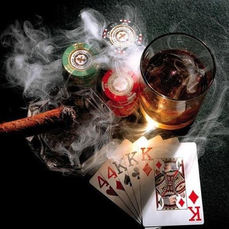 Descubra qual a bebida ideal para apreciar enquanto se joga uma boa partida de poker com os amigos.