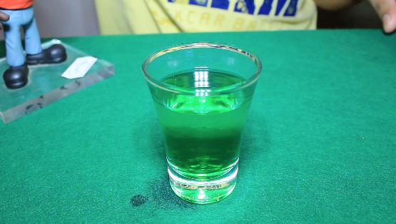 O drink Fadigas on Fire é composto por: Licor de Menta, Tequila Envelhecida e Absinto. Merece ou não merece respeito?